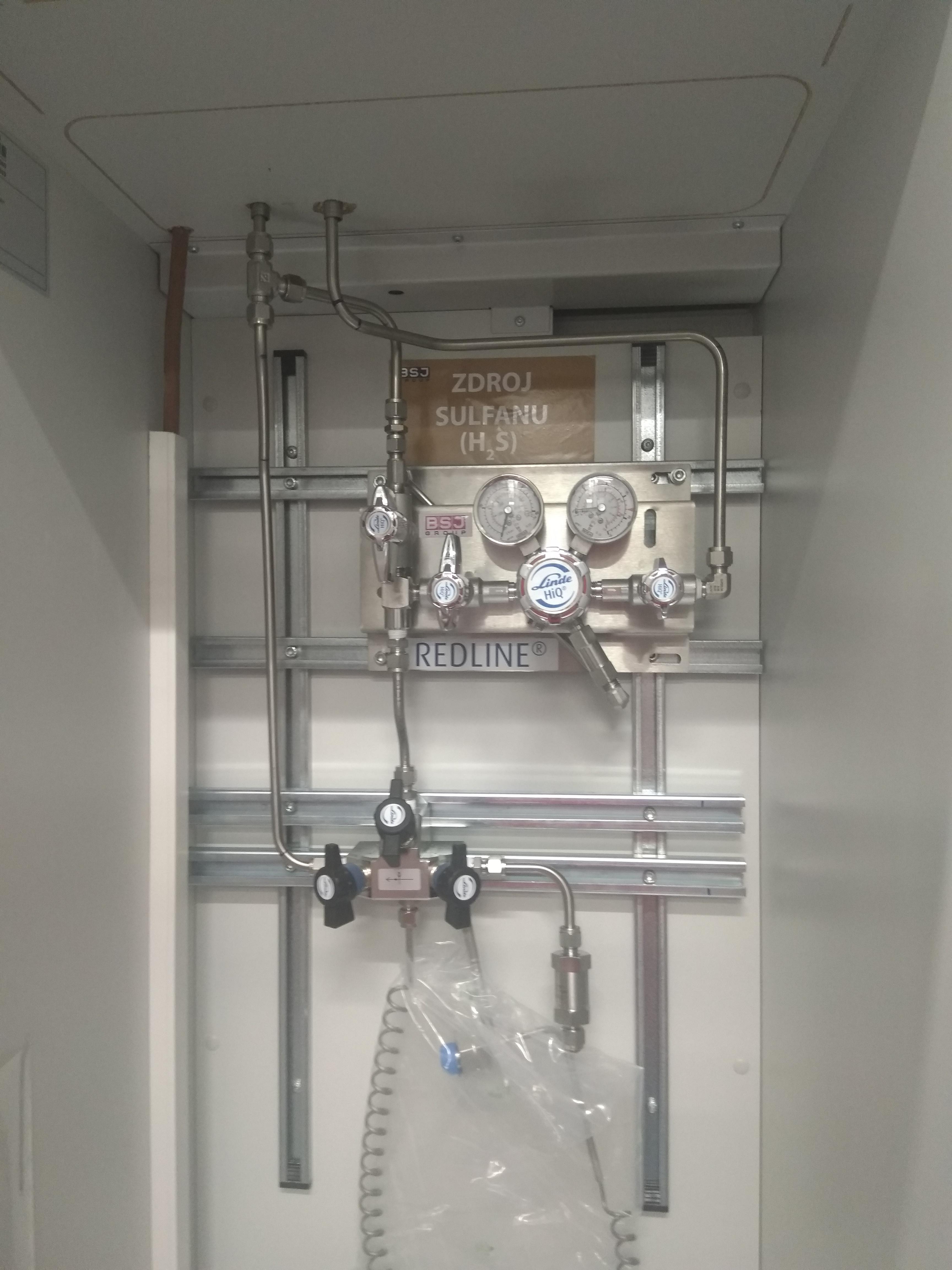 VŠCHT - rekonstrukce výukových laboratoří, zdroj a bezpečnostní skříň.